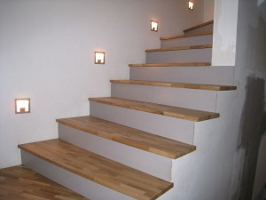 parquet flottant escalier dans une maison un escalier avec marches en bois clair et rambarde en. Black Bedroom Furniture Sets. Home Design Ideas