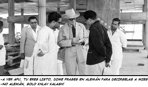 Fotografía de LE CORBUSIER HABLANDO CON UNOS INDIOS EN LA INDIA