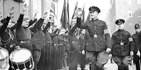 Oswald Mosley saluant ses troupes des chemises noires.