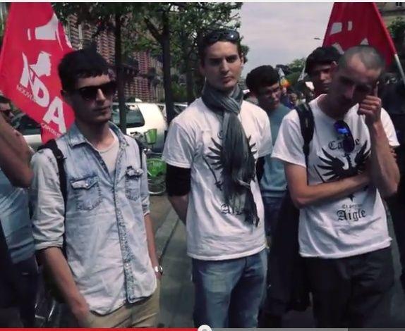 Les deux fachos avec leur T-shirt du cercle Proudhon et leur comparse en civil (avec la veste en Jean et les lunettes).