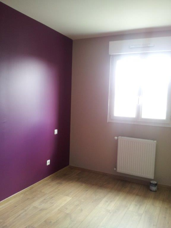 Décoration de la chambre parentale - Peinture couleur prune et lin